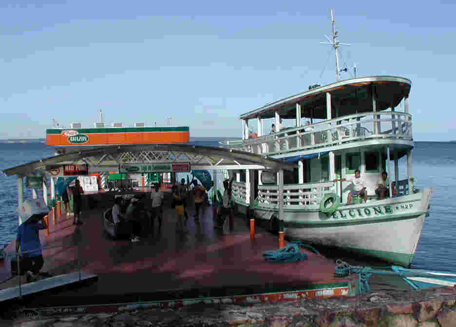 Boarding the boat for Ariaú Towers.  Photo by FCG.